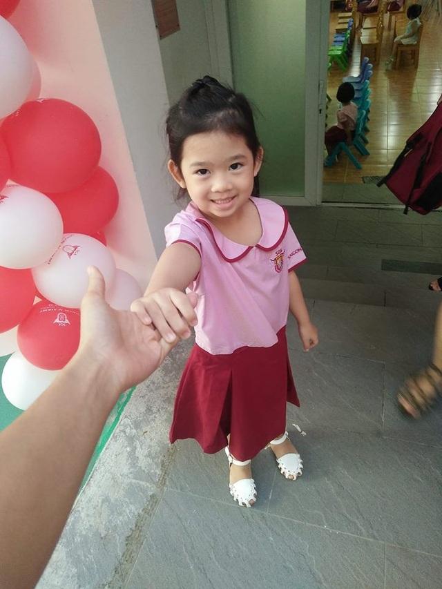 Con gái diễn viên Mai Phương -bé Lavie cũng đến trường trong ngày khai giảng. Mặc dù nữ diễn viên vẫn đang ở bệnh viện điều trị nhưng con của cô vẫn được người thân và bạn bè chăm sóc khá tốt.