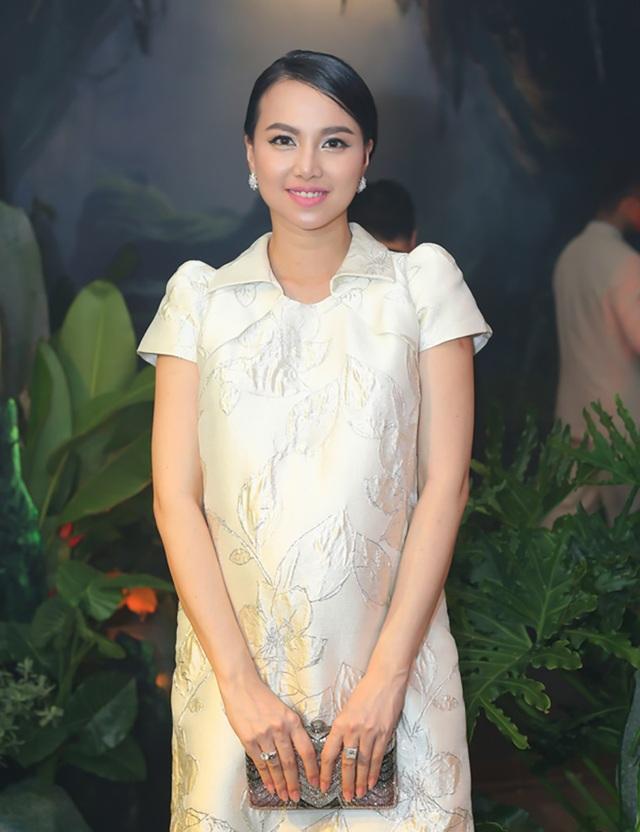 Đinh Ngọc Diệp diện váy bầu xinh đẹp bên dàn sao Việt, cô xác nhận đang mang thai ở tháng thứ tám.