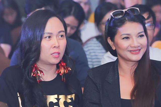Bên dưới sân khấu còn có sự xuất hiện của Phượng Channel, người tình của nam diễn viên sau khi ly hôn. Cô đến ủng hộ bạn trai còn diễn viên Kiều Chinh cũng có mặt chia vui cùng con gái Thanh Tú.