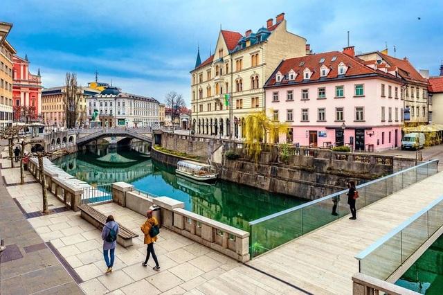 """Ngắm vẻ đẹp thanh bình của thủ đô """"không xe hơi"""" hiếm có ở châu Âu - 1"""