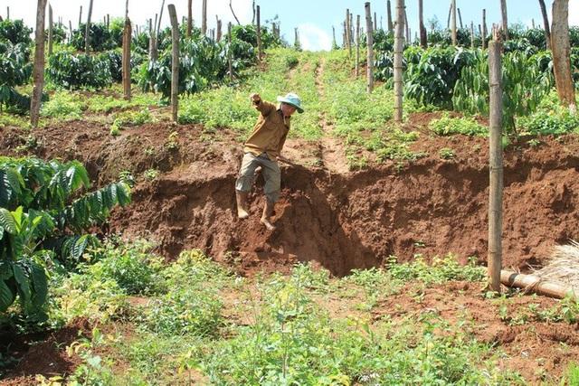 Tình trạng sụt lún khiến các hộ dân có đất sản xuất gần đó bất an