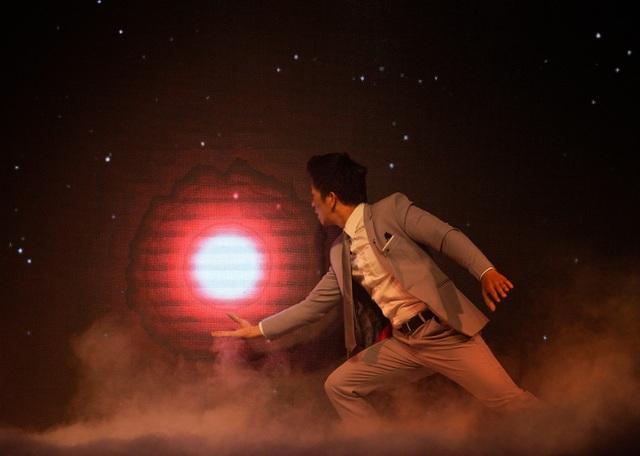 Để thành thạo các bước khi lên sân khấu, anh mất ít nhất 4 năm để cho ra ý tưởng biểu diễn tiết mục ảo thuật tương tác led công nghệ 4D này.
