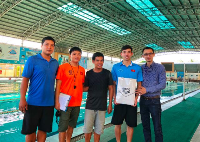Nguyễn Huy Hoàng (thứ 2 từ phải sang) đang tích cực tập luyện cho Olympic Trẻ vào tháng 10