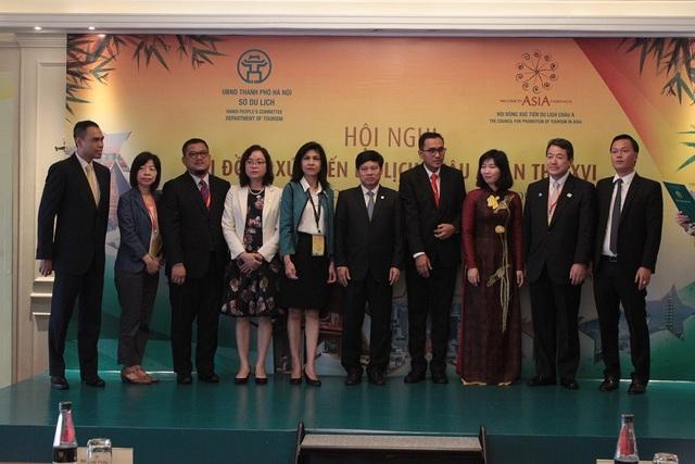 Phó Chủ tịch UBND TP Hà Nội chụp ảnh chung với các thành viên là đại thành phố của các nước