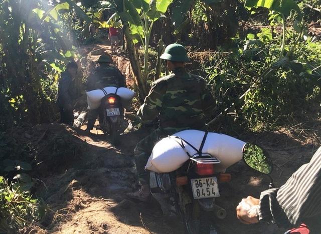 Những bao gạo tiếp tế đang dần được các chiến sỹ biên phòng trung chuyển để đến với bà con vùng lũ.