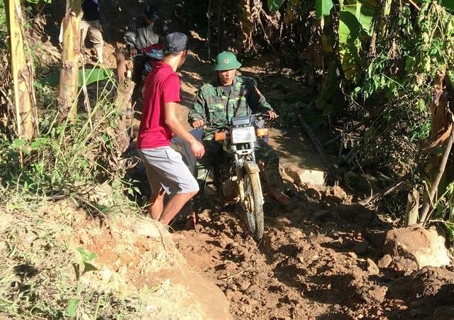 Việc trung chuyển hết sức khó khăn vì đường lầy lội, phải lách qua những điểm sạt lở nguy hiểm.