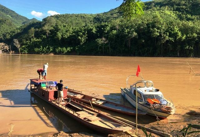 Thời điểm này, đường thủy là cách tiếp cận huyện Mường Lát nhanh nhất.
