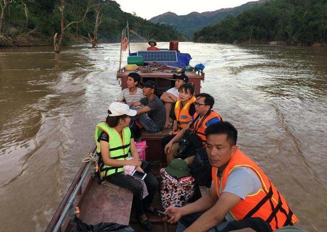 Để lên được huyện Mường Lát chỉ có cách đi thuyền ngược sông Mã từ thủy điện Trung Sơn hoặc khu vực cầu Chiềng Nưa lên cách thị trấn Mường Lát khoảng 3 km rồi đi bộ.