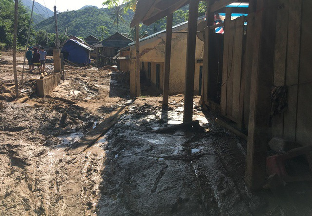 Bản làng tan hoang sau cơn lũ