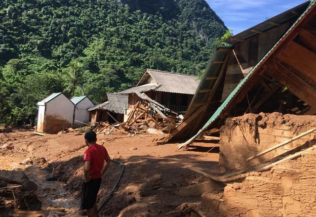 Cơn lũ ập xuống bất ngờ khiến người dân không kịp trở tay