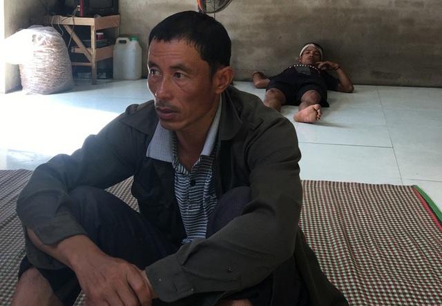 Ông Hoàng Văn Thiên, Trưởng ban Mặt trận tổ quốc bản Pọong vẫn chưa hết bàng hoàng