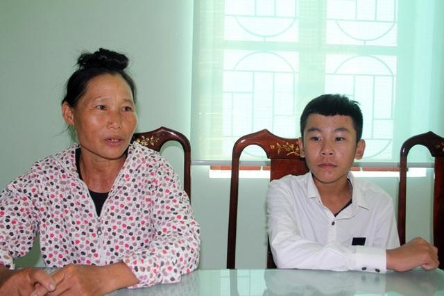 Bà Xuân bày tỏ niềm vui khi cháu Duy được Trường THPT Cẩm Bình tiếp nhận vào học.