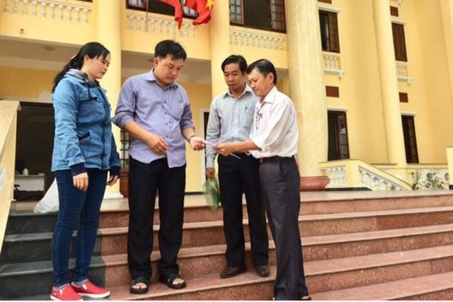 Ông Trần Văn Triều - Giám đốc Trung tâm Tư vấn pháp luật (LĐLĐ TPHCM) (ngoài cùng bên phải) hướng dẫn công nhân tại tòa. Ảnh: L.T