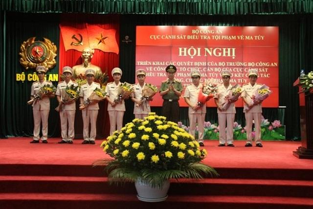 Bộ trưởng Tô Lâm tặng hoa chức mừng lãnh đạo Cục.