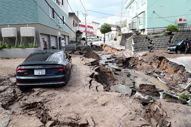 Một con đường ở Sapporo bị nứt toác và sụt lún sau trận động đất. (Ảnh: Reuters)