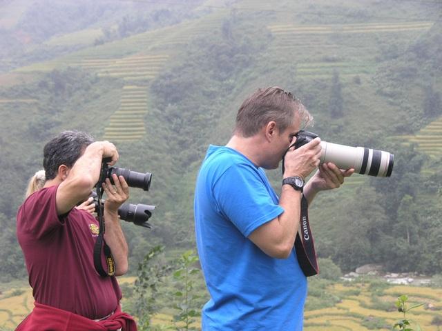 Du khách nước ngoài thích thú chụp ảnh ruộng bậc thang Sa Pa mùa lúa chín