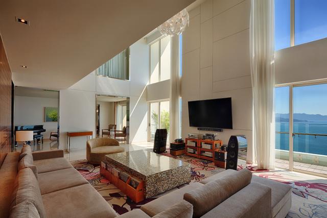 """Được thiết kế với khát vọng """"ở mọi góc của công trình chúng ta đều thấy biển và thấy đang sống ở Nha Trang"""", kiến trúc sư tài hoa người Singapore Tan Hock Beng đã sử dụng tường kính trong suốt kéo dài liên hoàn từ trần xuống sàn, bao phủ toàn bộ mặt tiền của mỗi căn Penthouse giúp mang đến một tầm nhìn 360 độ không giới hạn, ôm trọn thành phố biển Nha Trang."""