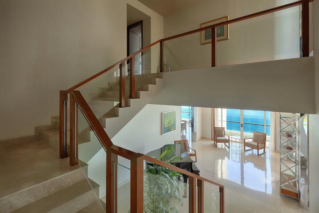 Thiết kế cầu thang đơn giản với lan can được làm bằng kính vừa đảm bảo sự an toàn vừa có cảm giác xuyên suốt giữa các không gian.
