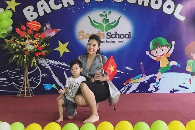 Hoa hậu Phan Hoàng Thu hạnh phúc bên con trai trong ngày khai giảng. Cô cười tươi rói khi chụp ảnh cùng con.