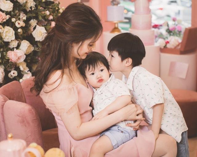 Hoa hậu Áo dài Phí Thuý Linh vừa thực hiện bộ ảnh cùng hai con trai. Hai hoàng tử nhí của người đẹp sinh năm 1988 gồm bé Vũ Sơn Tùng (biệt danh: Bean) gần 5 tuổi và Vũ Tuấn Việt (biệt danh: Bun) gần hai tuổi. Hai con của Phí Thuỳ Linh đi mẫu giáo từ lúc 16 tháng tuổi và học cùng một trường quốc tế ở Hà Nội.