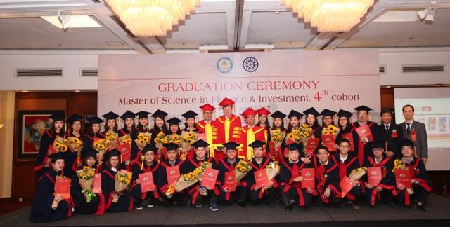 Tân Thạc sỹ Tài chính và Đầu tư khóa 4 hân hoan nhận Bằng Thạc sỹ - tháng 4/2017.