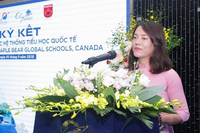 Bà Trần Như Loan, Phó Tổng giám đốc Tập đoàn phụ trách Giáo dục phát biểu tại buổi lễ.