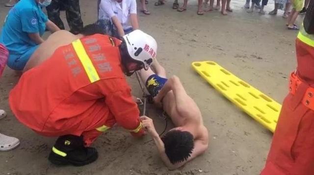 Đội cứu hộ nỗ lực giải thoát cho nạn nhân không may mắn