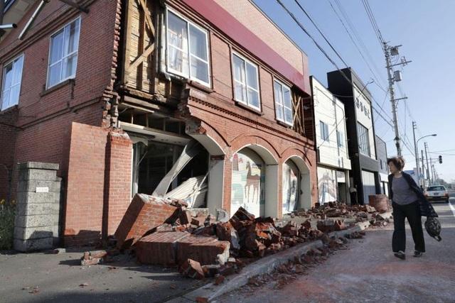 Một ngôi nhà ở thị trấn Abira trên đảo Hokkaido bị sập một phần do động đất. (Ảnh: Reuters)