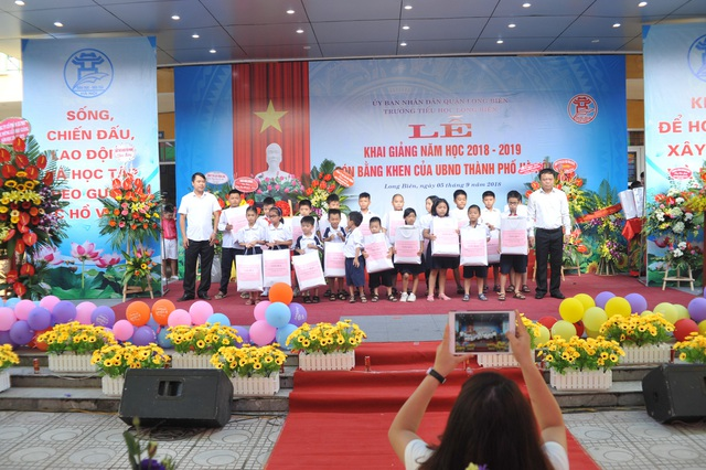 Tại lễ khai giảng trường tiểu học Long Biên, nhiều học sinh nghèo vượt khó được trao tặng quà.