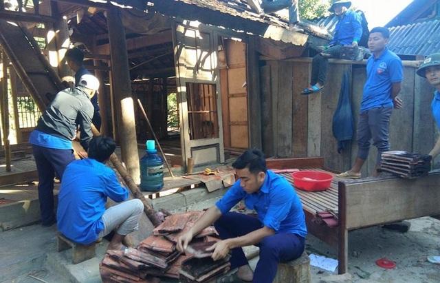 BTV Huyện đoàn đã huy động hơn 100 ĐVTN, phối hợp với BCH Quân sự Tỉnh giúp nhân dân di dời, sửa chữa, dựng mới 35 ngôi nhà.