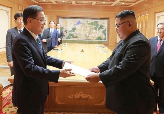 Ông Chung Eui-yong trao thư của Tổng thống Moon Jae-in cho ông Kim Jong-un ngày 5/9 (Ảnh: Reuters)