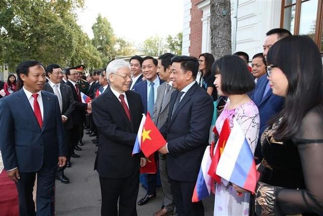 Cán bộ, nhân viên Đại sứ quán Việt Nam và đại diện cộng đồng người Việt Nam tại LB Nga đón Tổng Bí thư Nguyễn Phú Trọng. Ảnh: Trí Dũng - TTXVN