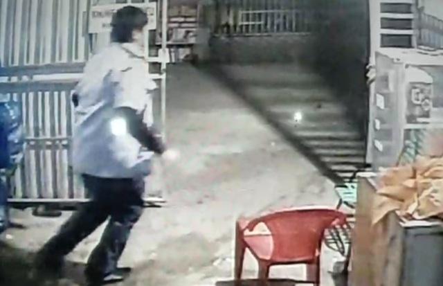 Bảo vệ T. và thiếu niên 15 tuổi thực hiện vụ trộm tại dãy nhà trọ, bị camera ghi hình.