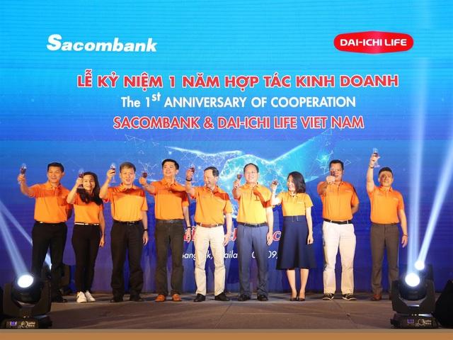 Lãnh đạo Sacombank và Dai-ichi Life Việt Nam chúc mừng 1 năm hợp tác thành công trong lĩnh vực bancassurance