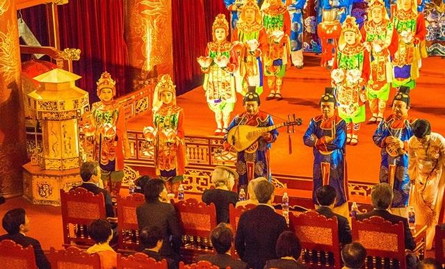 Nhã nhạc - Âm nhạc cung đình Việt Nam biểu diễn cho vợ chồng Nhật Hoàng tại nhà hát Duyệt Thị Đường