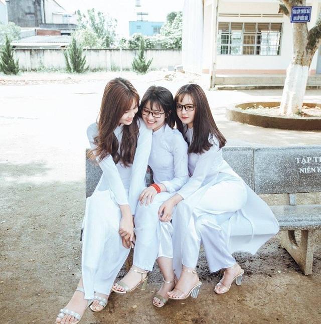 3 nữ sinh Lâm Đồng mặc áo dài trắng khiến dân mạng xao xuyến - 5
