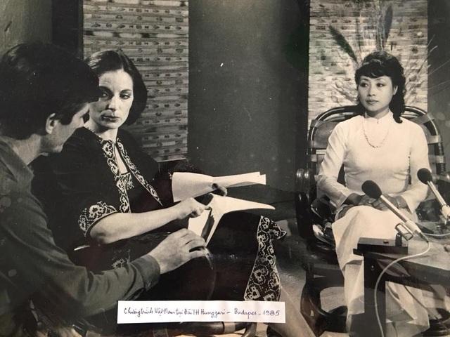 Hình ảnh đầy ắp kỷ niệm của NSƯT Kim Tiến khi hai lần được cử sang Hungary dẫn chương trình.