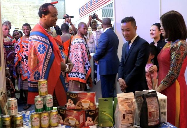 Vua Mswati-III thăm gian hàng Việt Nam tại Hội chợ thương mại quốc tế eSwatini 2018. (Ảnh: Dũng Triều)