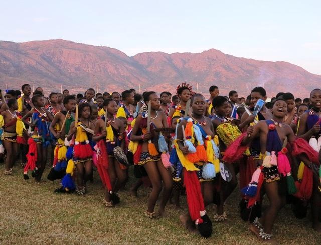 """Lễ hội """"Reed Dance"""" đặc sắc truyền thống của eSwatini với 20.000 thiếu nữ để ngực trần nhảy múa biểu diễn cùng Đức Vua, được tổ chức song song cùng Hội chợ TMQT eSwatini 2018. (Ảnh: Huyền Sâm)"""