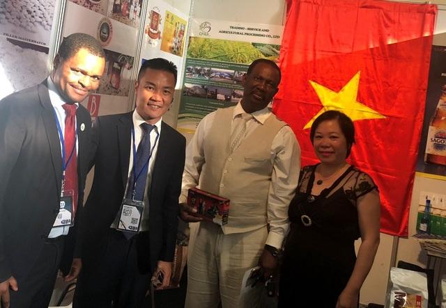 Quan khách thăm quan gian hàng Việt Nam và dùng thử café Việt. (Ảnh: HS)