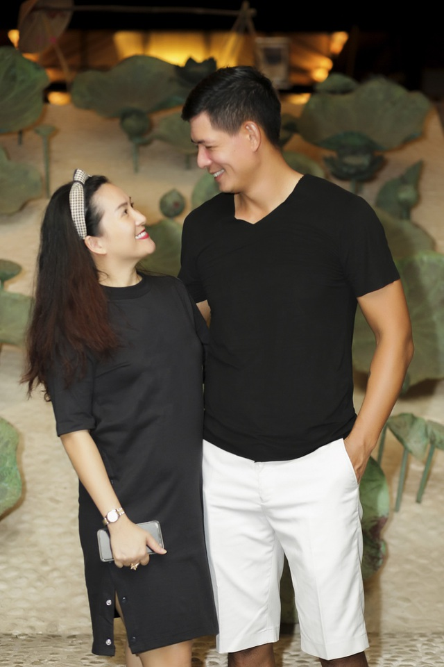 Khoảnh khắc tình tứ của vợ chồng Anh Thơ - Bình Minh. Sau nhiều sóng gió hôn nhân, họ thể hiện luôn đồng hành bên nhau.