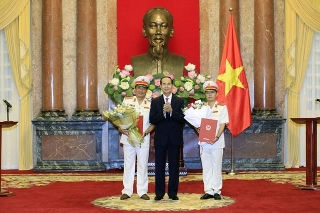 Chủ tịch nước Trần Đại Quang, Trưởng Ban Chỉ đạo Cải cách Tư pháp Trung ương trao Quyết định bổ nhiệm chức vụ Phó Viện trưởng Viện Kiểm sát nhân dân Tối cao cho ông Nguyễn Huy Tiến (bên trái) và ông Nguyễn Văn Quảng (bên phải)