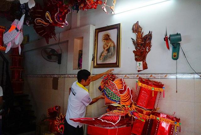Ngoài 30 chiếc đèn lồng khổng lồ, gia đình anh Bình còn sản xuất hơn 2000 đèn lồng nhỏ để bán ra thị trường.