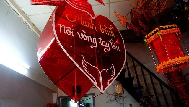 Chiếc đèn lồng hình trái tim được khách đặt gia đình anh Bình làm trong dịp trung thu.