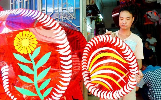 Mỗi năm, gia đình anh Bình đều tìm và làm các mẫu sản phẩm mới.