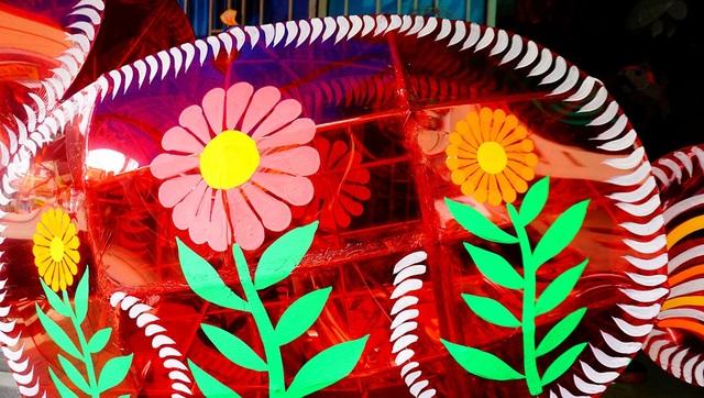 Ngoài làm bộ khung chắc chắn, việc trang trí cho đèn lồng thêm bắt mắt là khâu quan trọng.