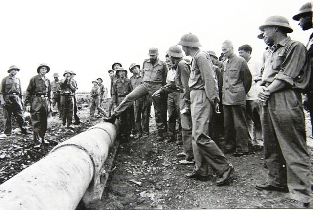 Chủ tịch Fidel bên đường ống được coi là vua chiến trường