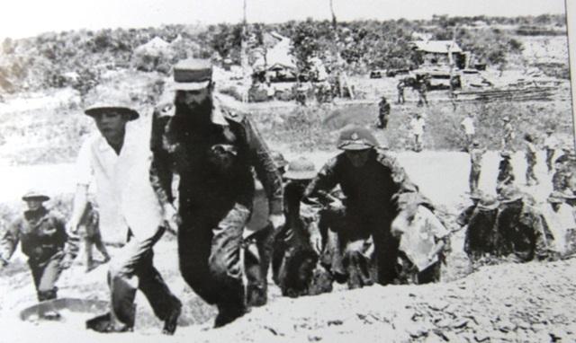 Chủ tịch Fidel thăm cụm căn cứ Dốc Miếu