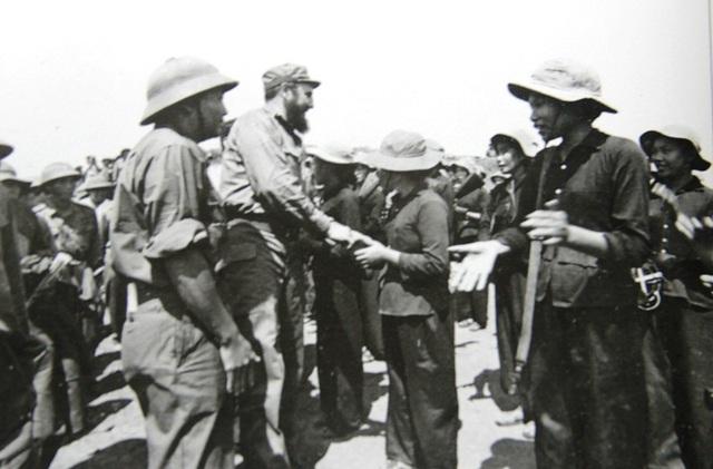 Bắt tay thăm hỏi du kích ở Gio Linh