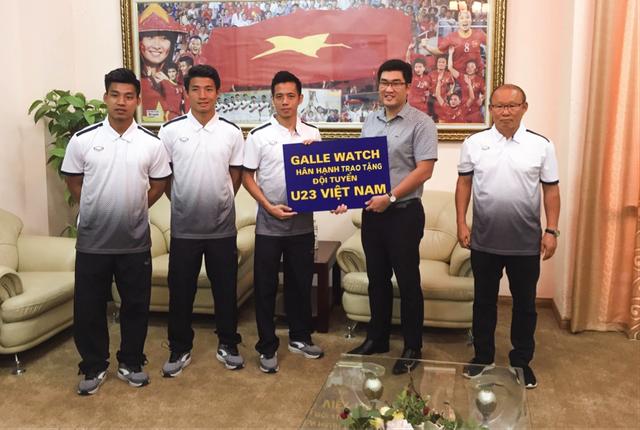 Đại diện Galle Watch trao thưởng cho thầy trò HLV Park Hang Seo